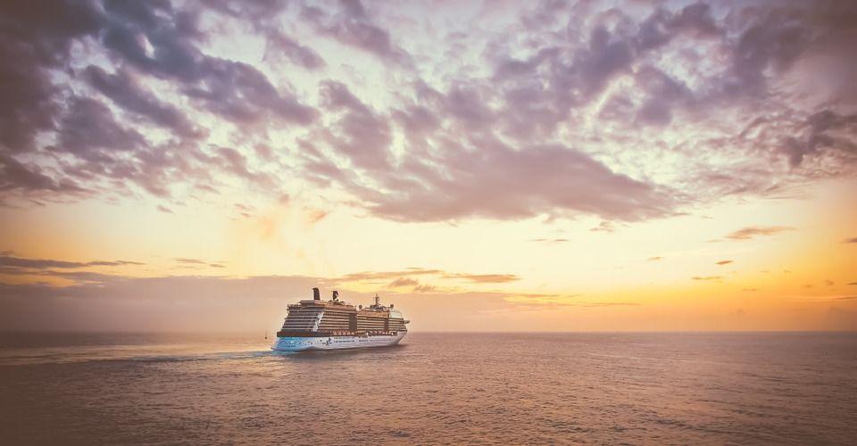 p&o world cruising ship at sea